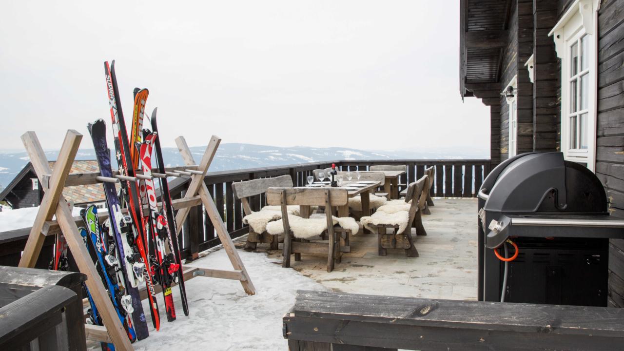 Terrasse med ski på storhytte på Mosetertoppen Panorama